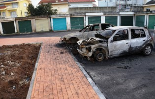 Dois carros arderam esta noite em Vila do Conde