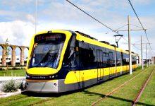 Carro galga passeio e atravessa-se na linha do Metro em Vila do Conde