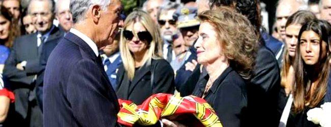 Entrega da bandeira de Portugal a mulher de Freitas do Amaral encerra cerimónias fúnebres