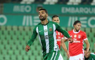 Benfica vence Rio Ave com nove por duas bolas a uma num jogo polémico em Vila do Conde