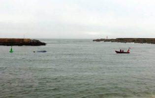 Pescadores resgatados da água depois de barco afundar no porto de pesca da Póvoa de Varzim