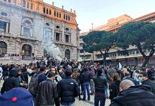 Setor da restauração, bares e comércio de luto manifesta-se e queima caixões em pleno Porto