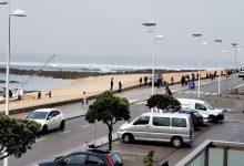 Aglomerados de pessoas na marginal de Caxinas em Vila do Conde para ver um barco encalhado